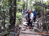 Asyiknya Mendaki Tanpa Alas Kaki ke Gunung Puncak Salam, Cireundeu, Cimahi Selatan