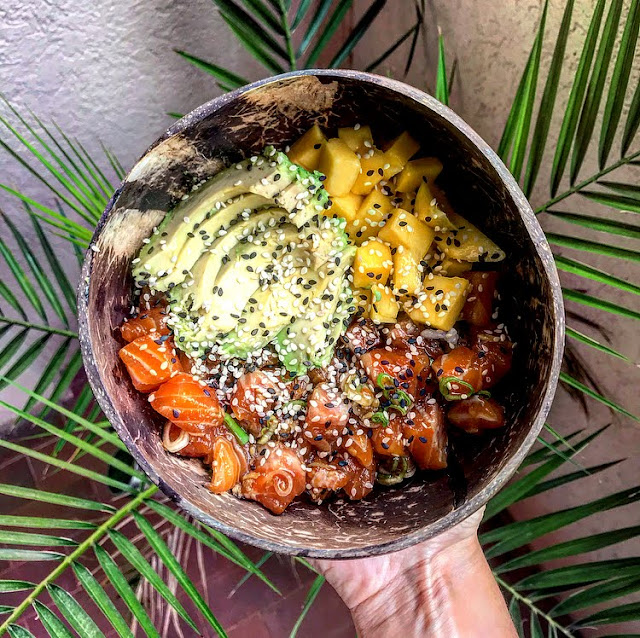 Poke bowl healthy saumon avocat mangue Charlotte and cooking