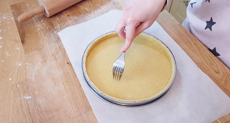 Piquer une pâte à tarte