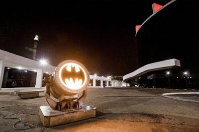 Bat-sinal na Avenida Paulista em celebração ao Dia do Batman