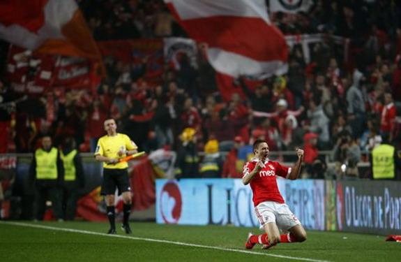 Benfica player Nemanja Matić celebrates after scoring his side's equaliser against Porto