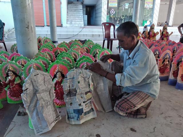 কিশোরগঞ্জে বিভিন্ন মন্দিরে জমে উঠেছে  লক্ষ্মী  প্রতিমা কেনাবেচা