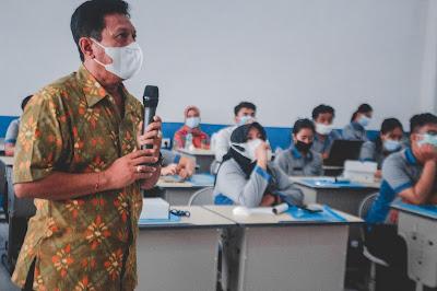 Workshop review penyelarasan kurikulum SMK TI Bali Global Badung bersama dudi menuju sekolah industri