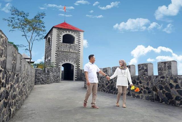 The Lost World Castle Couple