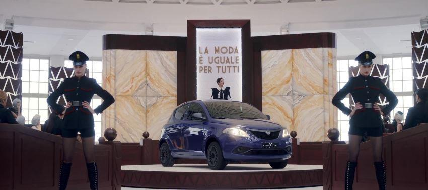 Modelle Lancia pubblicità Y UnYca (Unica) con giudice e tribunale con Foto - Testimonial Spot Pubblicitario Lancia 2017