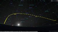 Droga komety C/2020 F8 (SWAN) od 01.05 do 30.06 przez gwiazdozbiory Ryb, Trójkąta, Perseusza i Woźnicy w odniesieniu do pozycji Słońca dla ukazania rzeczywistej elongacji względem Dziennej Gwiazdy podczas okresu widoczności z Polski.