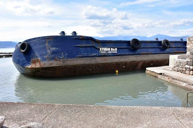 Έκτακτο: Προσάραξε φορτηγίδα στο λιμάνι του Ναυπλίου (βίντεο)