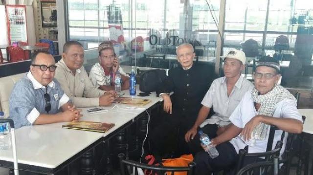 Syarufuddin Saleh alias Tekong bersama dua temannya sudah mendarat dari Thailand di Bandara Kuala Namu Sumatera Utara, Rabu (7/9/2016) pukul 10.30 WIB. Mereka dijemput dan didampingi Tim Kompatriot Misi Kemanusiaan Aceh yang terdiri atas Mahyuddin Adan, Fahmi Mada MH, dan Islamuddin ST. Rombongan sedang transit di Kuala Namu menunggu lanjutan penerbangan menuju Bandara SIM Blang Bintang, Aceh Besar.