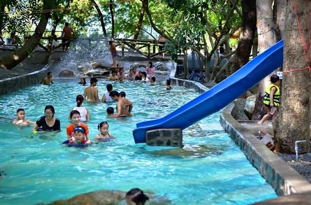 Khu du lịch còn có Hồ Bơi Công Viên