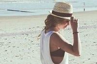 Donna che prende il sole per evitare carenze di vitamina D
