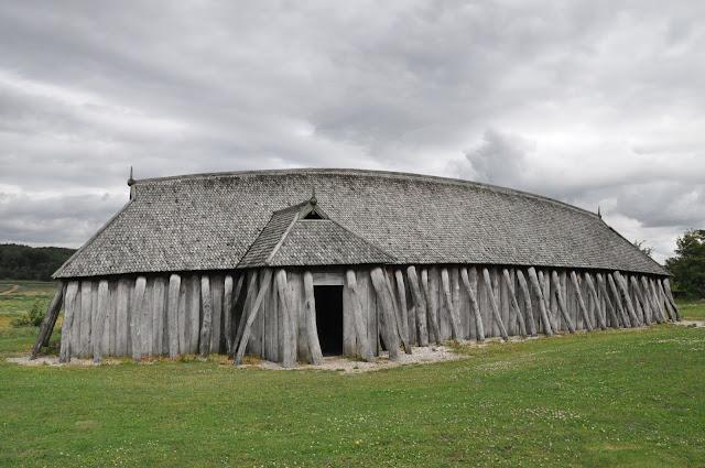 Zrekonstruowany skandynawski longhouse koło trelleborga w Fyrkat