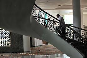 Tangga naik lantai 2 masjid agung palembang