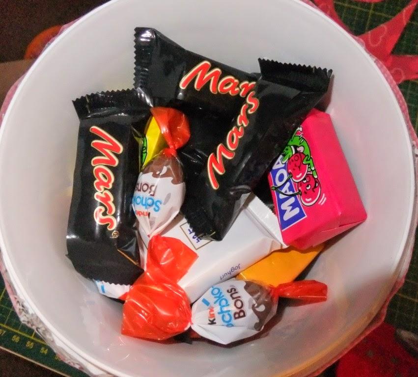 Upcycling von Plastikbechern als Geschenkverpackung