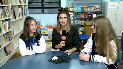 Mônica conversa com as meninas que irão para Hungria disputar jogos de tabuleiro (Divulgação/SBT)
