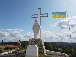 Изюм. Гора Кременец (Кремянец). Памятный крест жертвам Голодомора и скульптура Богородицы