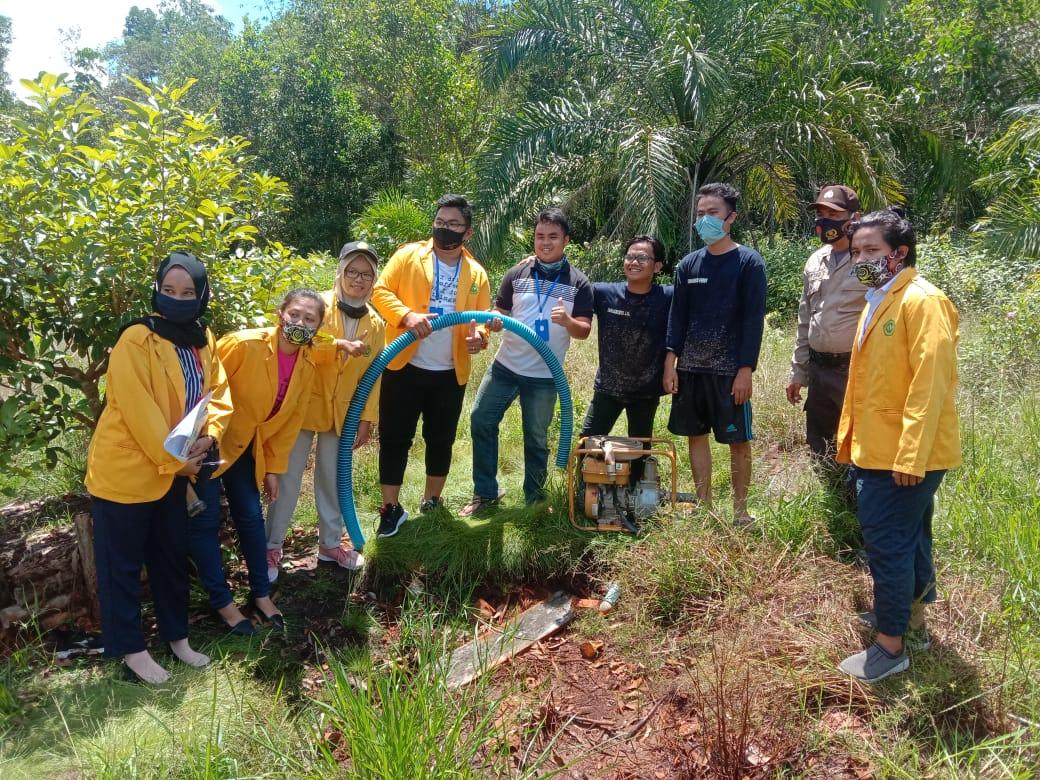 Beri Edukasi, Personel Polsek Sebangau Kuala Bersama Ketua MPA Kenalkan Mahasiswa KKN Alat Penanggulangan Karhutla