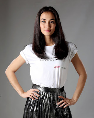 Atiqah Hasiholan baju kaos indah dan seksi rambut hitam