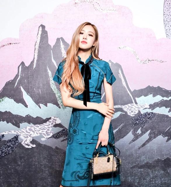 Rosé de Blackpink con un vestido azul