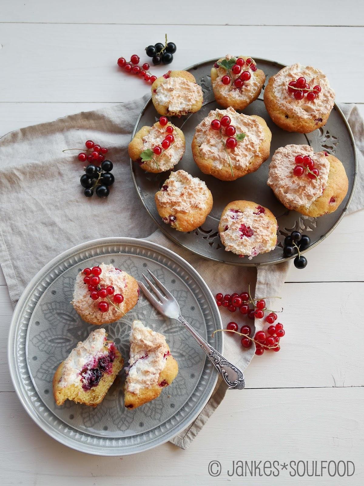 Muffins mit Beeren und Kokosbaiser