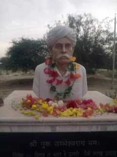 The statue of Hazariramji Manjhu , who was martyred in the deer hunting case near the mouth gate,  is installed.