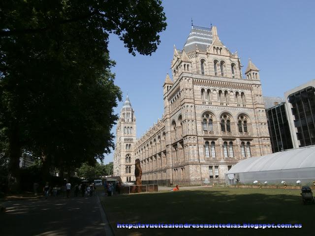 Fachada principal del Museo de Historia Natural de Londres.
