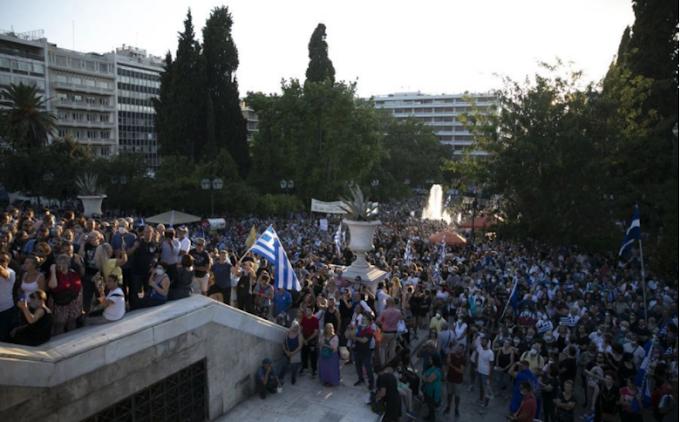 Könnygázzal és vízágyúval kellett feloszlatni egy kötelező oltások ellen szervezett tüntetést Athénban
