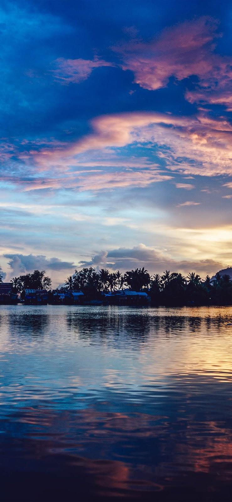 wallpaper iPhone, sfondi per iPhone, tramonto, fiume, palme, nuvole, acqua