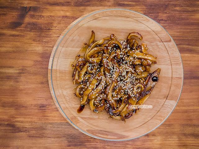 Жареные свиные уши с чесноком и луком на сковороде: пошаговый рецепт с фото