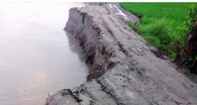 মহম্মদপুরে গ্রামের রাস্তা নদীর গর্ভে,  বিচ্ছিন্ন হলো দুই গ্রাম