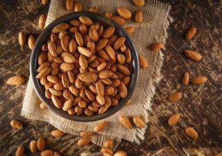 Một sự thật ít ai biết về hạt Hạnh Nhân đó chính là nó đã xuất hiện từ 3000 năm trước, từ thời Trung Đông và Ai Cập Cổ.  Hạnh Nhân được coi như là một món ăn, một biểu tượng của người Ai Cập thời ấy, thậm chí người ta còn phát hiện hạt Hạnh Nhân có trong quan tài của vua Tutankhamen của Ai Cập. Chính vì vậy, nó được đánh giá như là một trong những loại hạt lâu đời nhất của thế giới.  Vậy tại sao con người ngày xưa lại ưa chuộng sử dụng hạt Hạnh Nhân đến vậy? Thậm chí người La Mã cổ còn xem hạnh nhân như là biểu tượng của một cuộc hôn nhân hạnh phúc?  Hãy cùng bài viết này tìm hiểu về nguồn gốc, thành phần và công dụng của Hạnh Nhân để có câu trả lời cho mình nhé.  Nguồn gốc của hạt hạnh nhân  Hiểu một cách đơn giản, Hạnh Nhân chính là nhân của quả Hạnh Đào, có tên Khoa học là Prunus Dulcis. Thường được trồng phổ biến ở khu vực Trung Đông như Iran, Israel, Ấn Độ… và một số nước Nam Á như Sri Lanka, Nepal,…  Vì Hạnh Nhân là loại cây ưa lạnh, nên đây đều là những khu vực có khí hậu lạnh và mát mẻ.  Ở Việt Nam ta cũng bắt đầu nhân giống và phát triển loại hạt này, tuy nhiên vì khí hậu nước ta lại nghiêng về nhiệt đới gió mùa và khô nóng nên chỉ trồng được chủ yếu ở vùng Tây Bắc như Sapa, và một số tỉnh có khí hậu mát mẻ như Thanh Hóa, Nghệ An, Hà Tĩnh.  Thành phần dinh dưỡng có trong Hạt Hạnh Nhân  Không phải tự nhiên mà Hạnh Nhân được mệnh danh là nữ hoàng của các loại hạt, đó là bởi vì đã có nhiều nghiên cứu chỉ ra rằng Hạnh Nhân có rất nhiều giá trị dinh dưỡng to lớn mà chúng ta không ngờ đến.  Theo Bộ Dinh Dưỡng Thế Giới, trong 100gr Hạnh Nhân (tương ứng với 60 – 63 hạt) có chứa nhiều chất dinh dưỡng với hàm lượng cao, cụ thể:  Năng lượng: 579Kcal    Kali: 733mg     Protein: 21.15g    Natri: 1mg     Chất béo: 49.9g    Kẽm: 3.12mg     Carbohydrate: 21.6g    Vitamin B1: 0.21mg     Chất xơ: 12.5g    Vitamin B3: 3.62mg     Đường: 4.35g    Vitamin B6: 0.14mg     Canxi: 270mg    Vitamin B9: 44 μg     Sắt: 3.71 mg    Axit béo, không bão hòa: 31.55g     Magie: 270mg    Axit