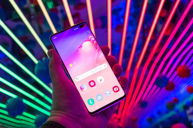 تم إطلاق سلسلة Samsung Galaxy S10 في مارس من هذا العام ، وشهدت تغييراً هائلاً في التصميم مقارنةً بالأجهزة السابقة في المجموعة الرائدة للشركة الكورية الجنوبية. مع إطلاق ثلاثة هواتف بنقاط سعر مختلفة هذا العام