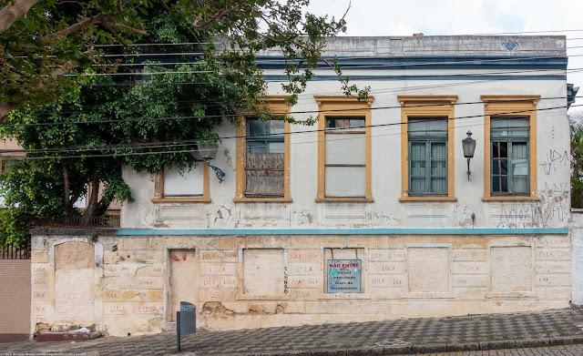 Casa abandonada na Rua Paula Gomes