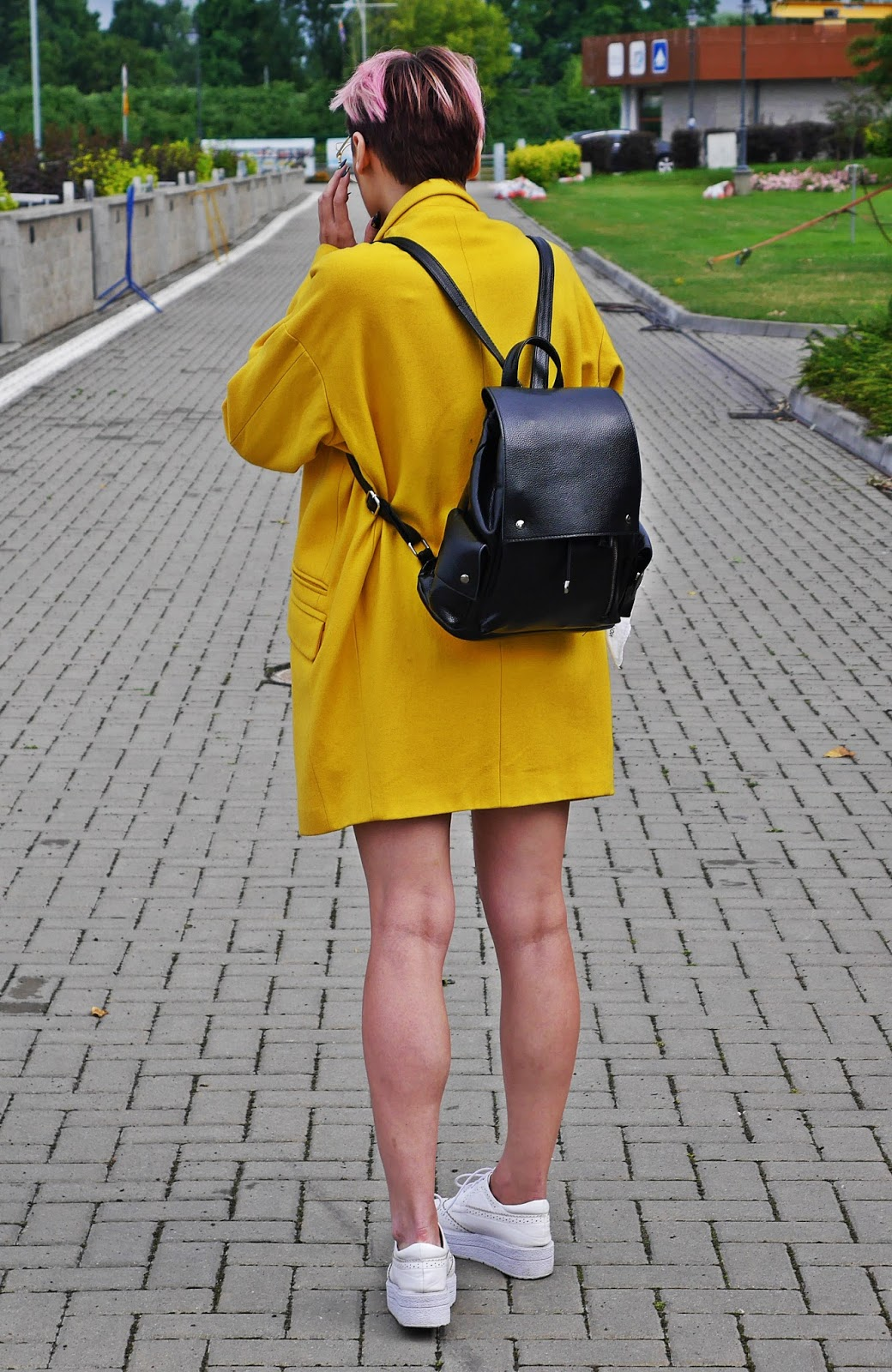 black_backpack_white_platform_shoes_yellow_coat_look_karyn_blog_060717b