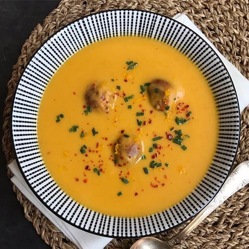 Butternut-Kürbissuppe mit Curry, Orange, Kokos & Bratwurstbällchen