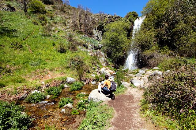 Alberto y Amy en la chorrera del valle del Ambroz