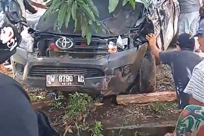 Kecelakaan Tunggal, Mobil Terjun ke Selokan di Kahu Bone