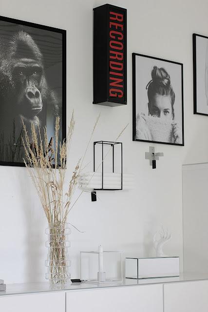annelies design, webbutik, webbutiker, webshop, nätbutik, nätbutiker, inredning, tavlor, tavelvägg, tavelväggen, svartvit, svartvita, svart och vitt, gorilla, recording, ikea, bänk, vitt, vit, vita, ljusstake, väggljusstake, ljusförvaring, stearinljus,