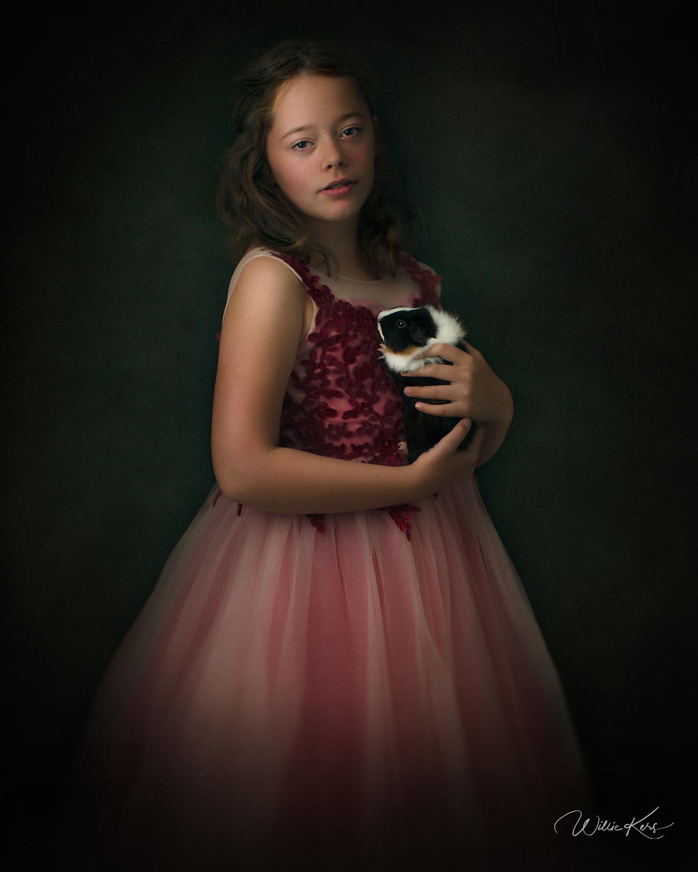 Fine art portret van een meisje in een roze bruidsjurk met haar cavia in de stijl van Rembrandt van Rhijn door fotograaf Willie Kers uit Apeldoorn