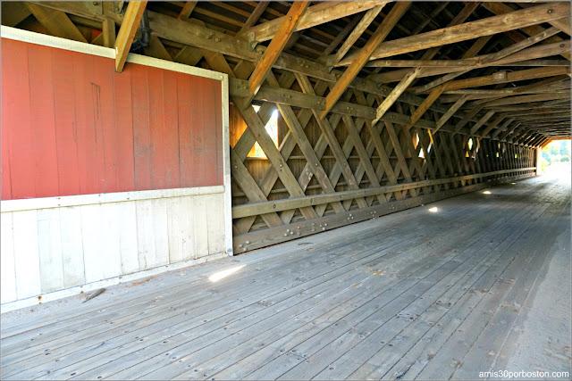 Interior del Puente Cubierto Cresson Covered Bridge / Sawyers Crossing en New Hampshire