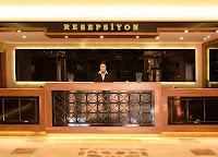 Bir otel resepsiyonunda görevli bayan resepsiyonist