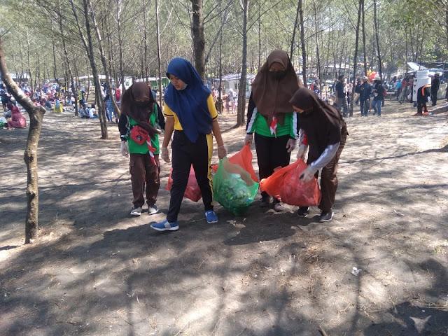 Relawan Saka Wira Kartika Turut Jaga Kebersihan Pantai Cemara