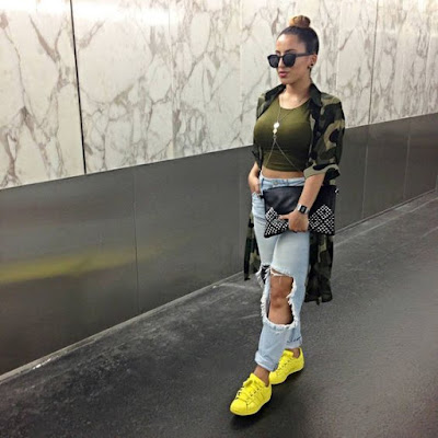 Os tons fluorescentes, que fizeram muito sucesso nos anos 1980, 1990 e 2000,  retornaram no último verão e estão presentes em bolsas, brincos, colares, roupas, biquínis, maquiagens e, agora, também nos sapatos.