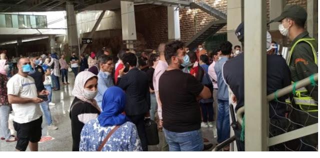 """الأمن """"يحتجز"""" مئات المسافرين وسط محطات القطار بالرباط بعد قرار إغلاق مفاجئ."""