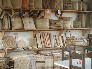 Banarte - Miracatu-SP Somos uma cooperativa da cidade de Miracatu. Fabricamos almofadas, pufes, bandejas e os mas variados produtos a partir da fibra da bananeira.Quem tiver interesse favor entrar em contato pelo email : cooperativabanarte@hotmail.com