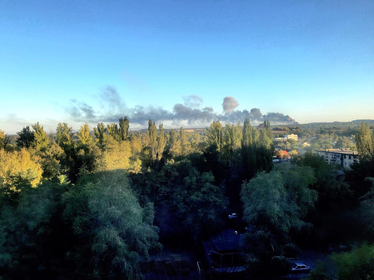 Melni dūmi no munīcijas noliktavas ugunsgrēka Doņeckā