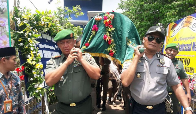Prosesi pemakaman jenazah Hj Supadmi