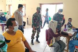 Danramil Karangnongko Kawal Dan Dampingi Pelaksanaan Vaksinasi