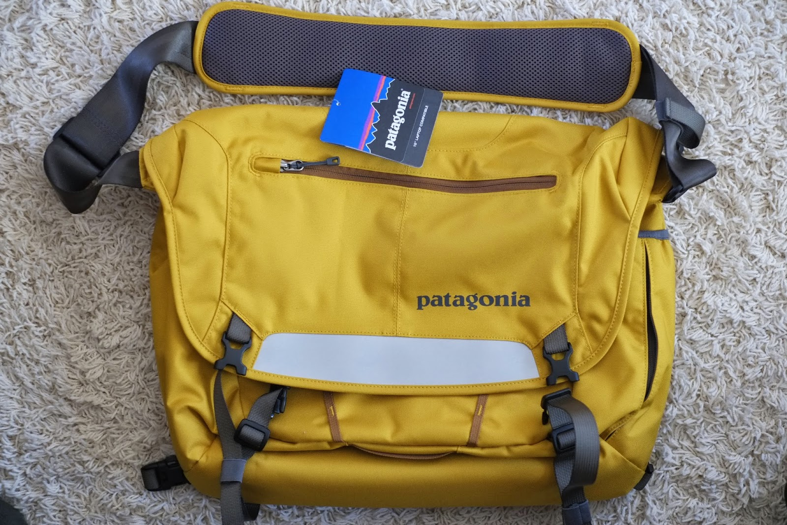 Patagonia Half Mass Messenger Bag Video Review (Features Score  5.5 ... fa4f8b7c4f52d