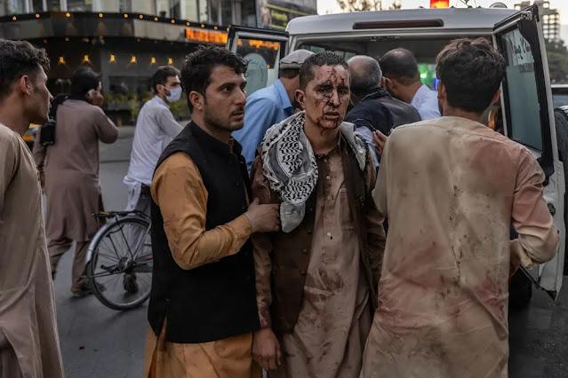 Một người đàn ông được đưa tới bệnh viện sau vụ đánh bom ngày 26/8. Ảnh: New York Times