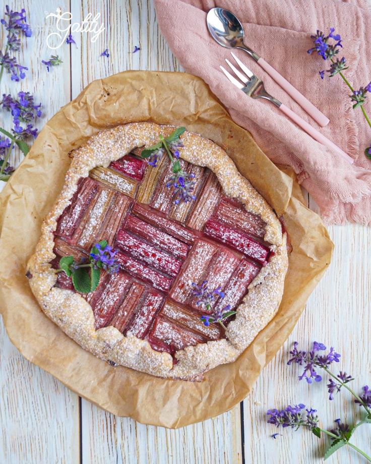 okragle-ciasto-z-czerwonym-rabarbarem